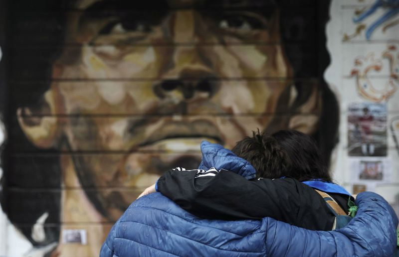 © Reuters. People mourn the death of soccer legend Diego Armando Maradona, in Buenos Aires