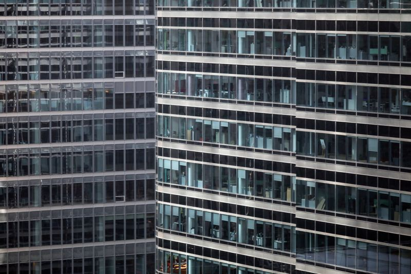 © Reuters. FILE PHOTO: S&P office is seen at right in Canary Wharf in London