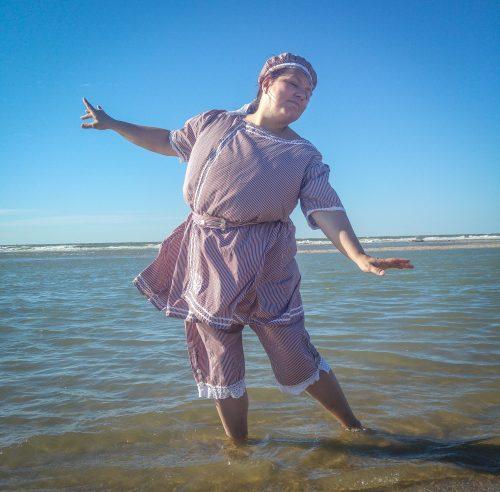 Fräulein Rosalinde im Badekostüm am Strand