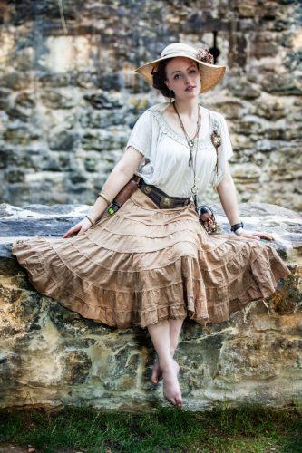 Fräulein Clara mit weiter Bluse und Swiss Belt, fotografiert von Fantastic People Pictures