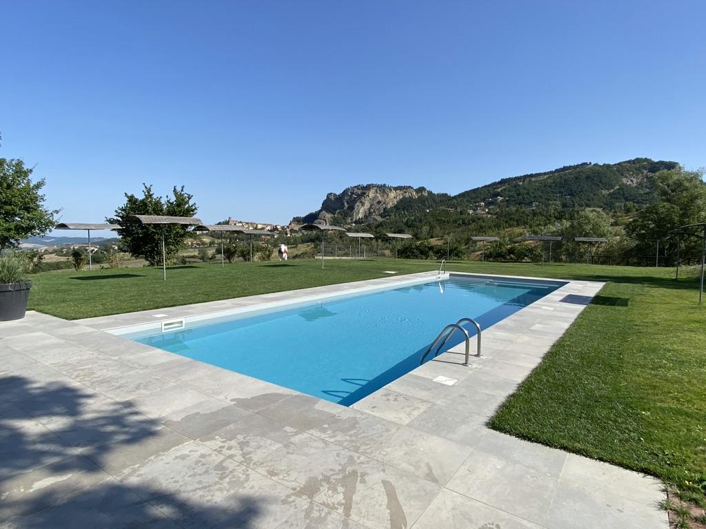 Verwarmd zwembad (25°) met ruime ligweide en luxe ligbedden.
