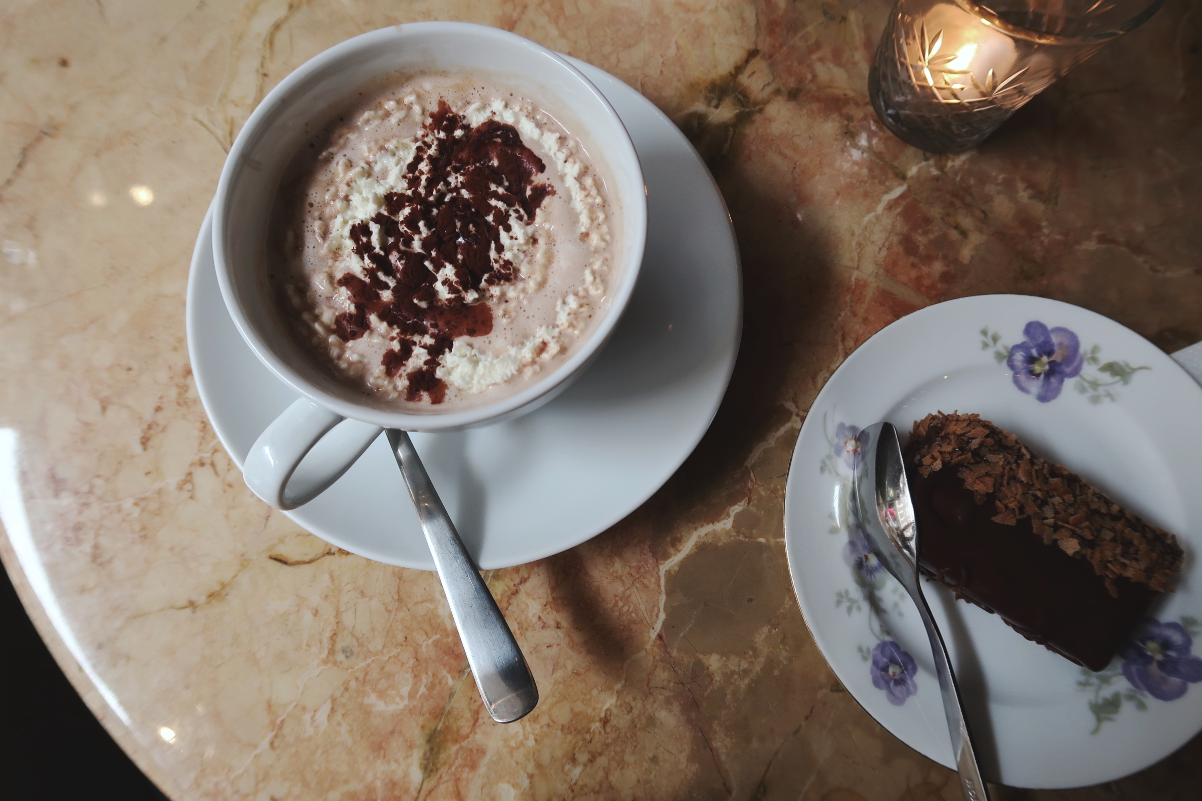 Underbart god varm choklad och fika på Hovby no 9 i Lund