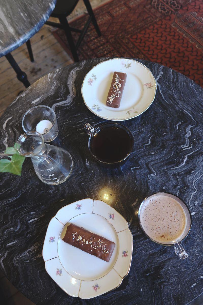 Varm choklad, kaffe och jordnötrutor