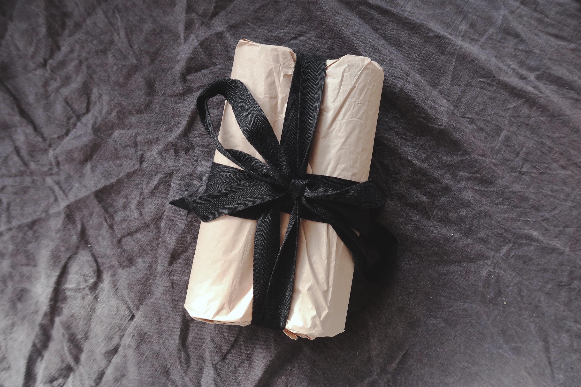 Paket inslaget med återbrukat material