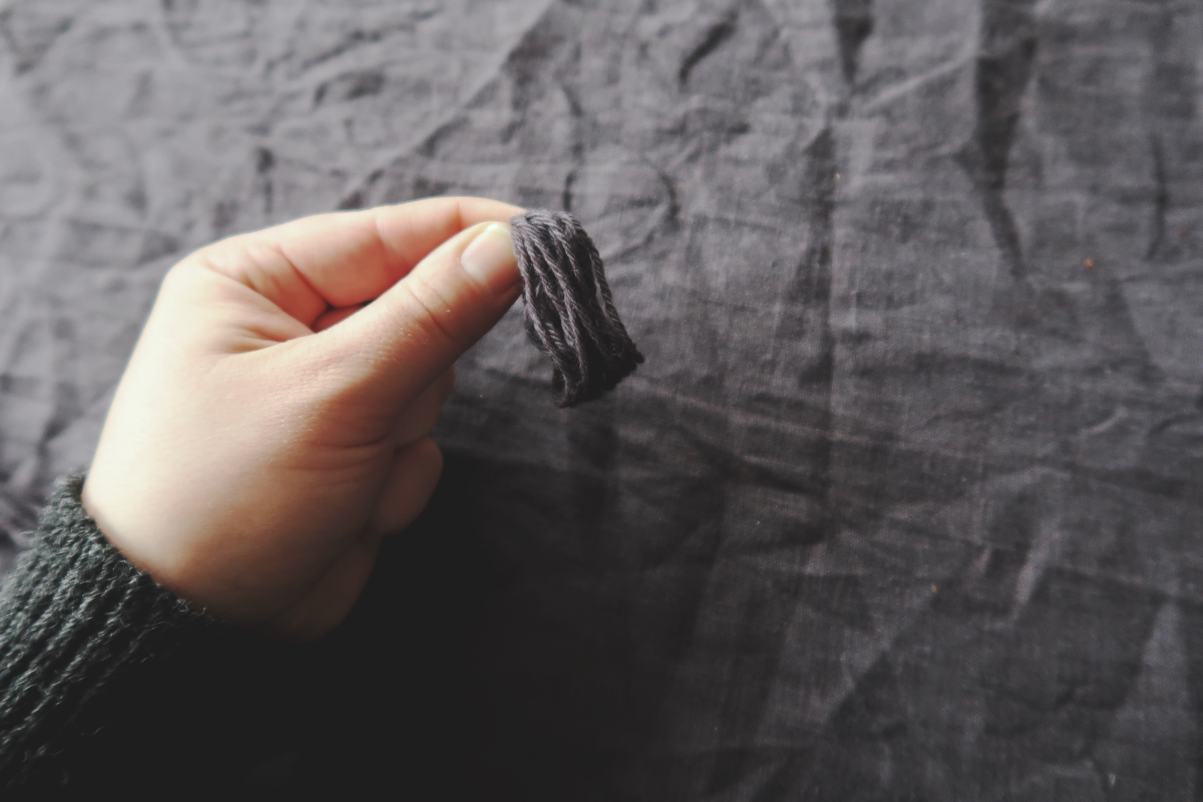 Gör enkelt julgranspynt av återbrukat material som garn och papper