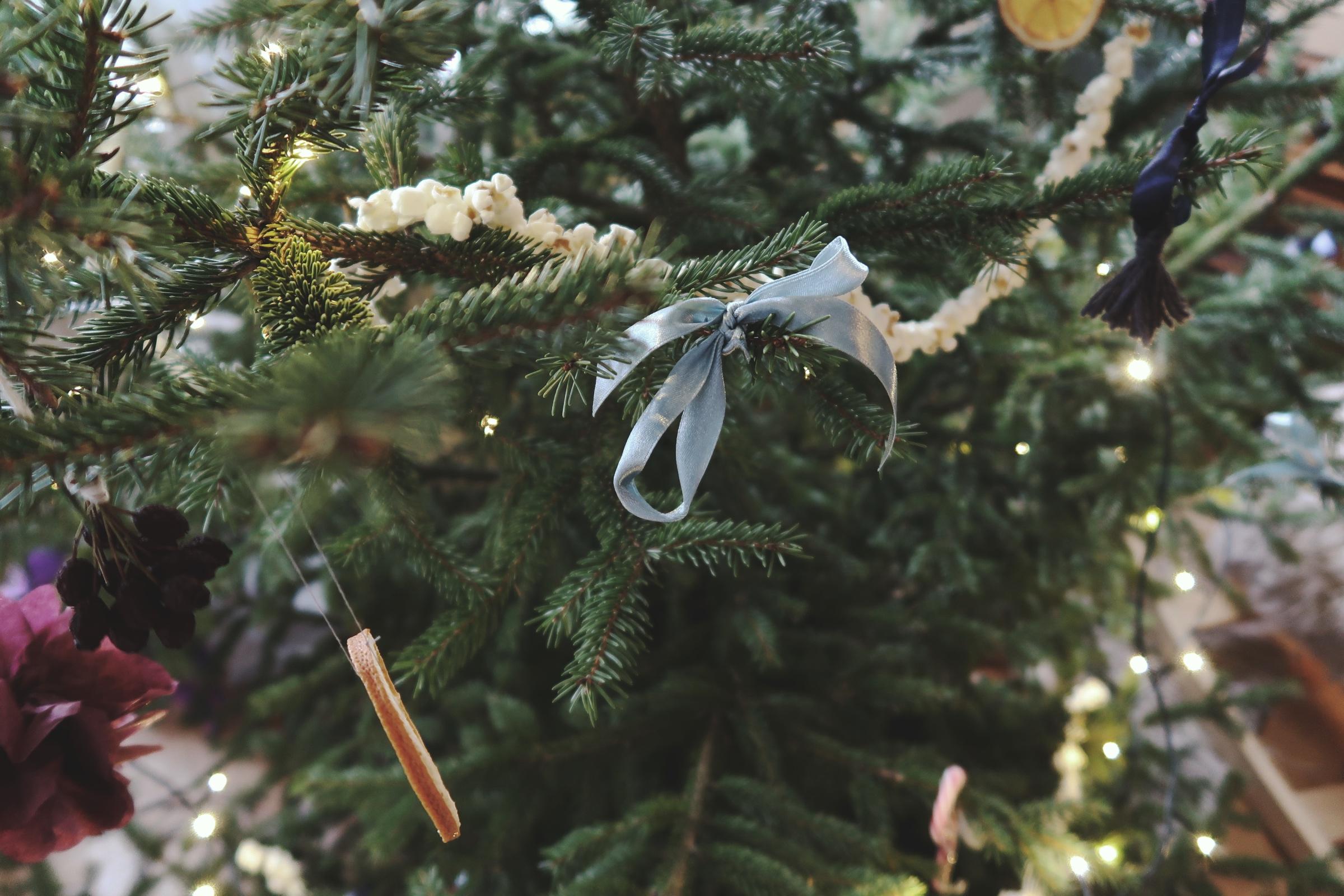 Enkelt julgranspynt av återbrukat sidenband