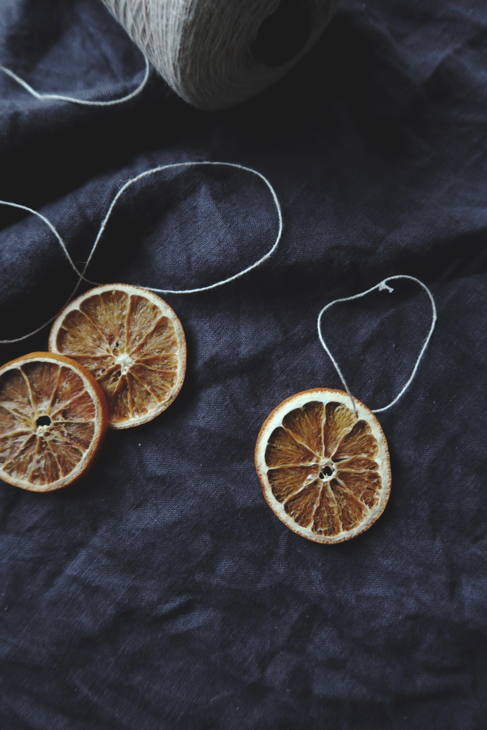 Torkade apelsinskivor är ett enkelt och vackert julgranspynt