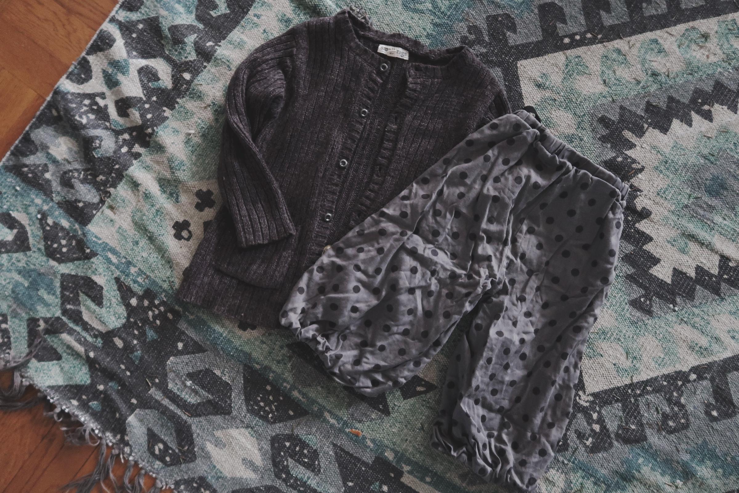 Begagnade barnkläder i grå nyanser