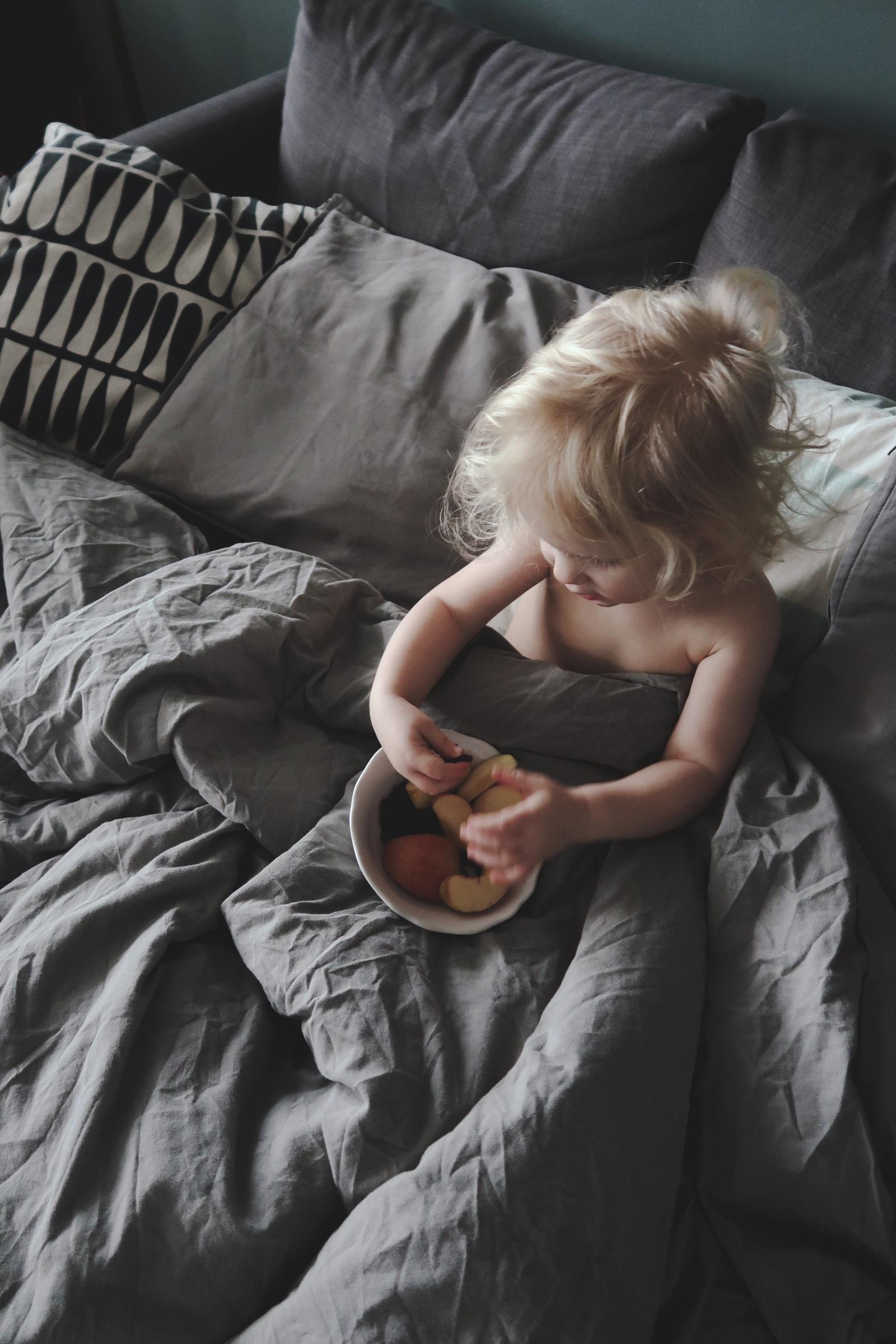 Att sänka kraven under VAB-tider: Täcken i soffan och massor av frukt går hem hos mina barn.