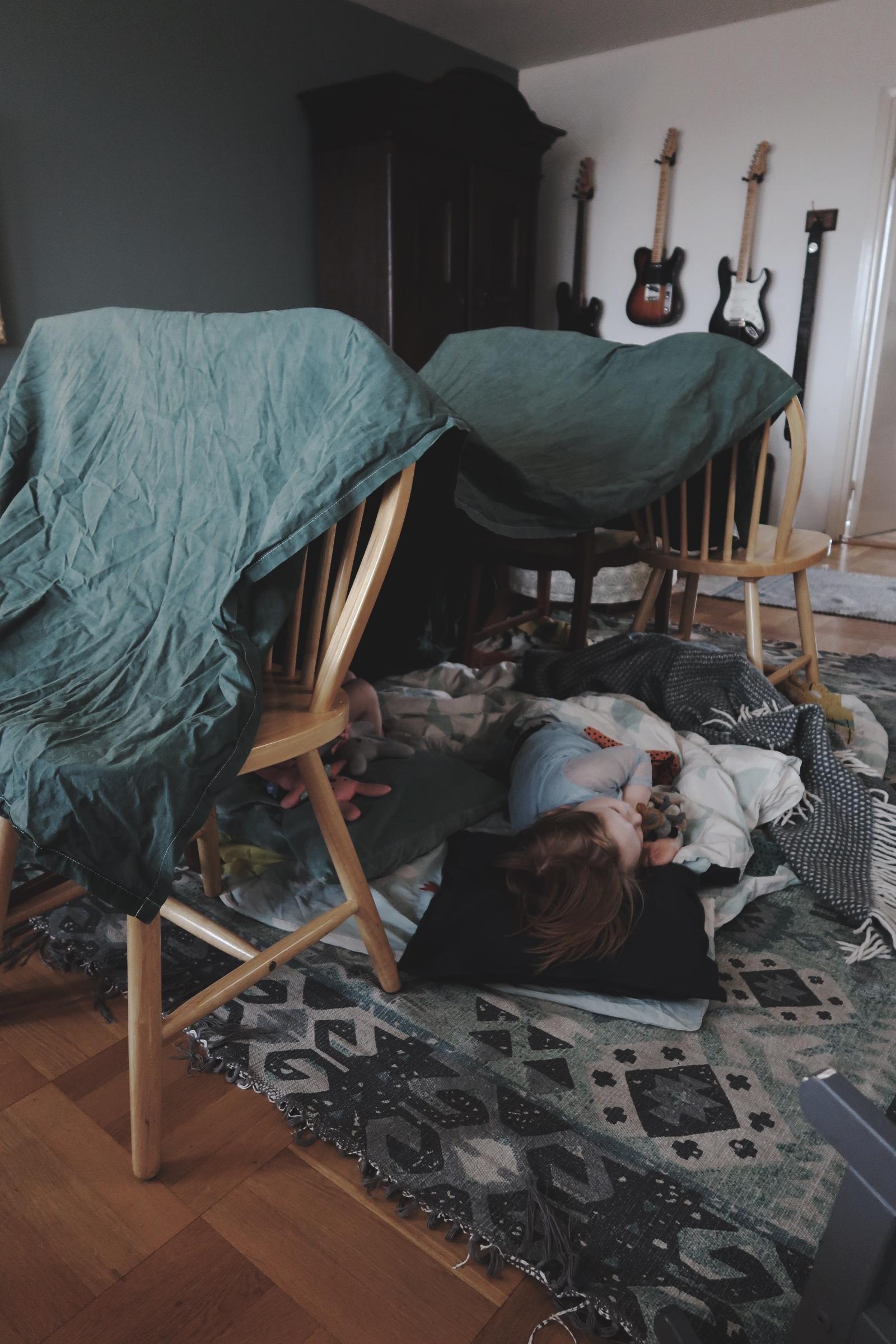 Bygg din egen koja med barnen framför TVn