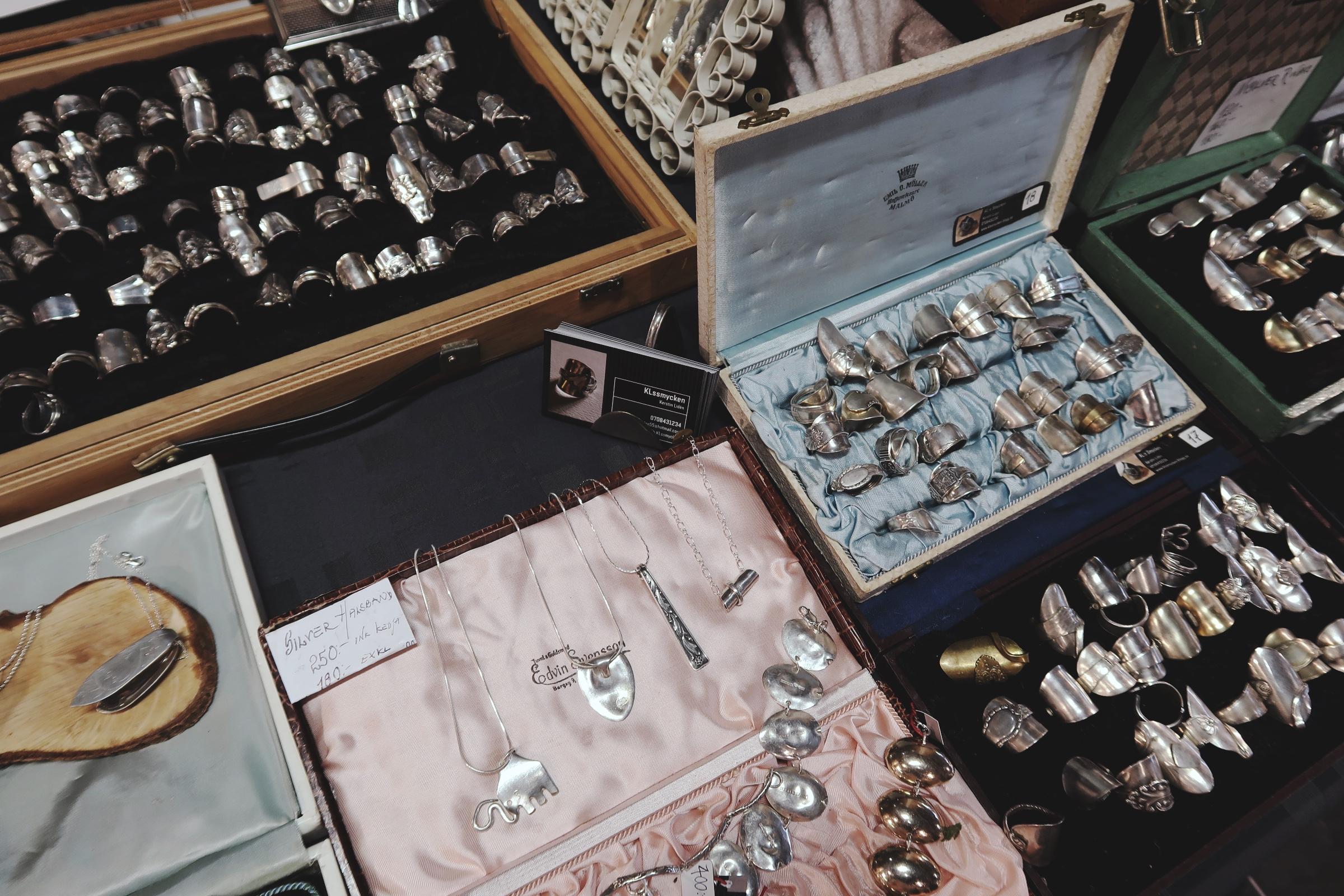Upcyclade smycken på Återbruket på Mobilia