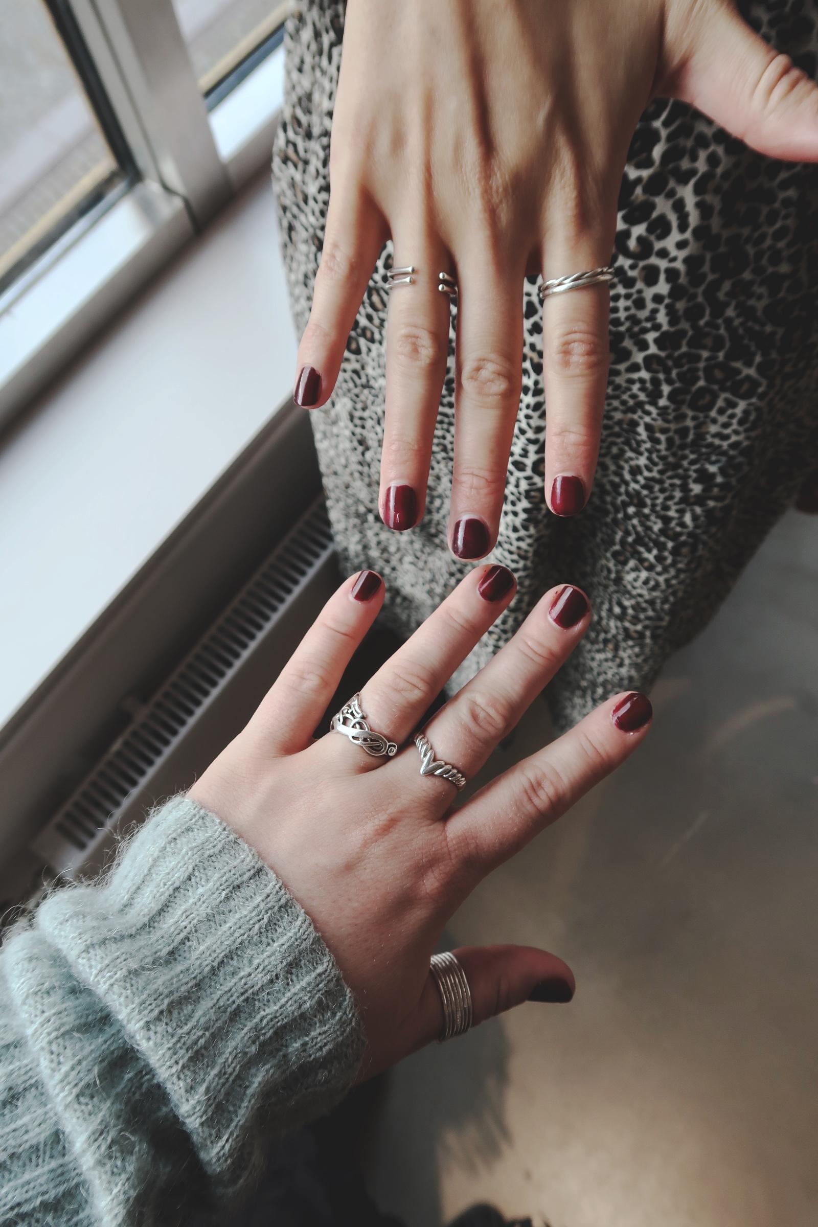 Vinröda naglar och silverringar