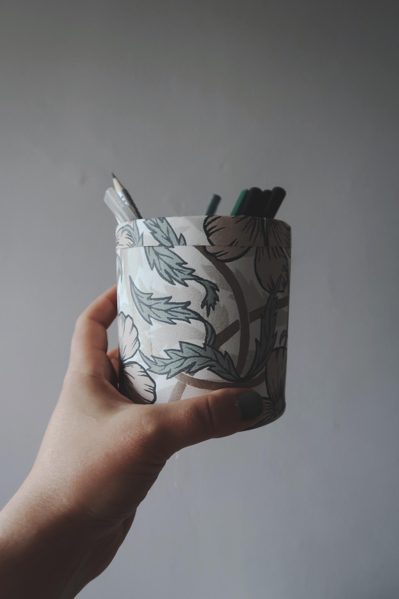 Pennställ av återbrukad kartong och tapet