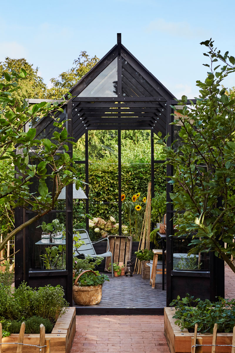 Et kig ind i det rektangulære Greenery med stol og plantebord