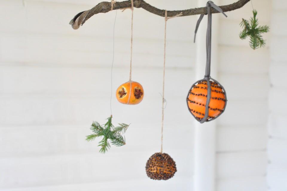 En juleuro med appelsiner og nelliker