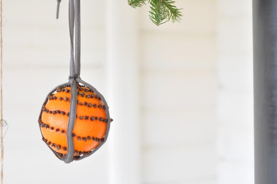 Appelsin med nelliker