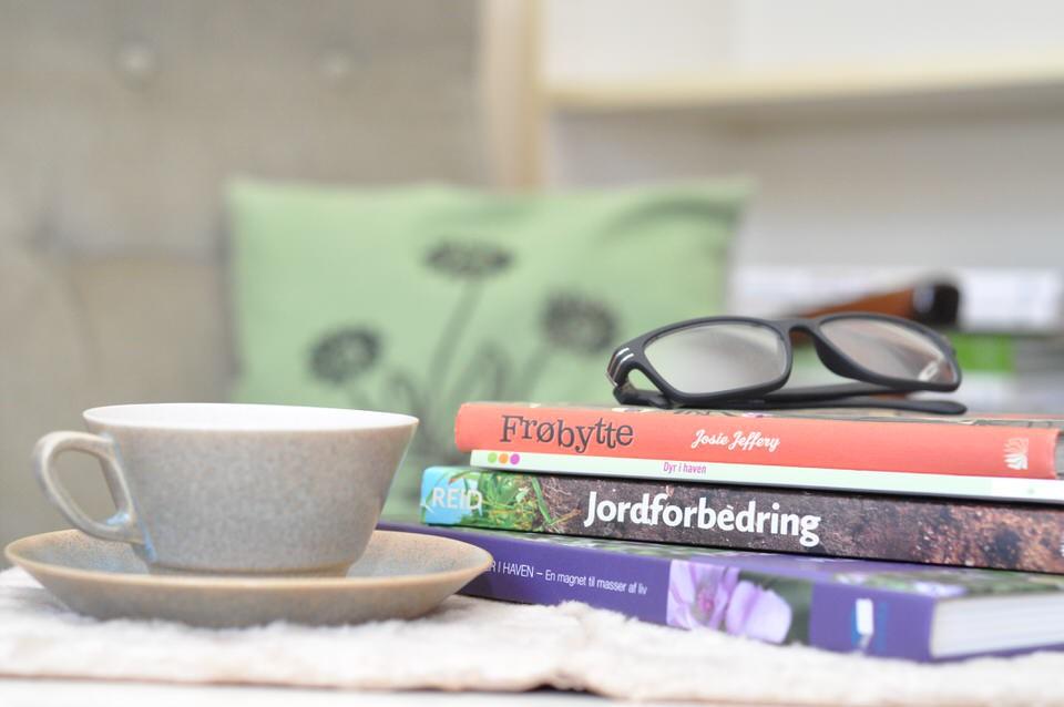 Hygge i januar - en stak bøger og en kop kaffe