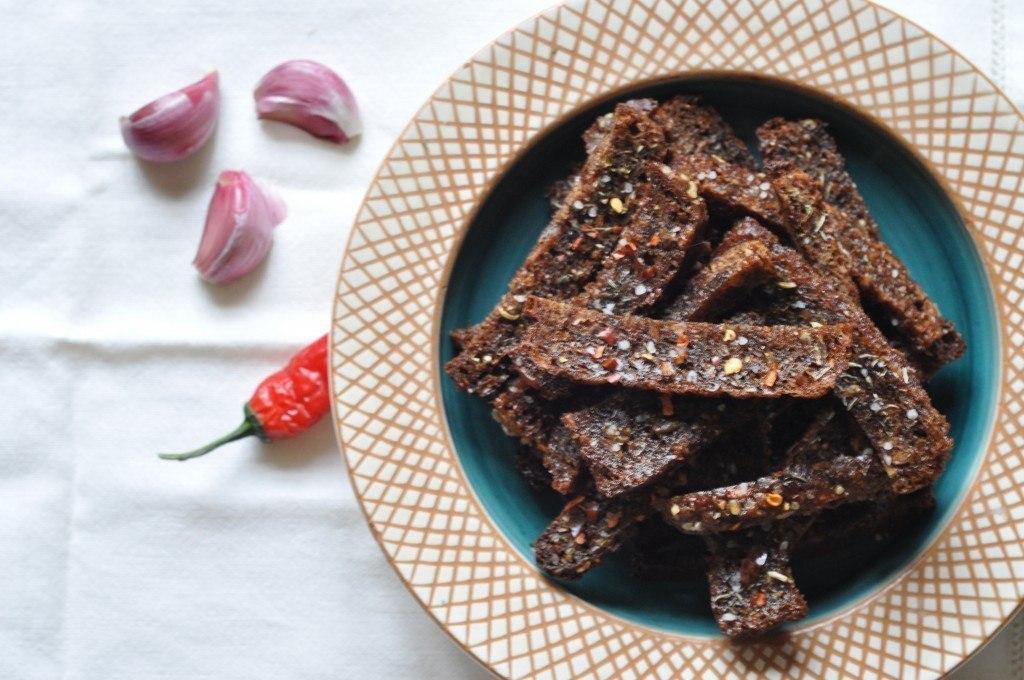 Rugbrødschips med krydderurter