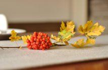 Enkelborddekoration af rønnebær og efterårsblade