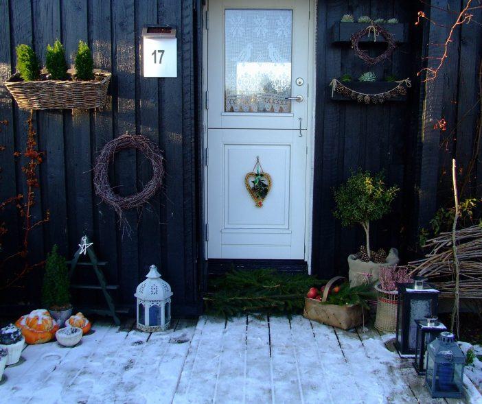 Juledekorationer ved døren