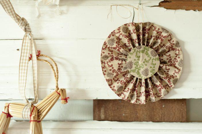 Julepynt af genbrug - rosette og julebuk