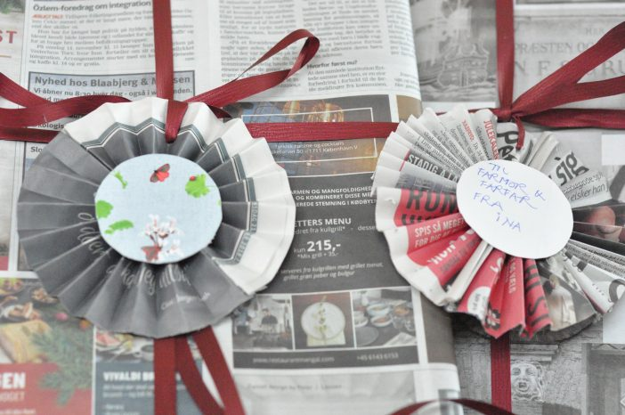 Genbrug julen. Gaveindpakning i aviser.