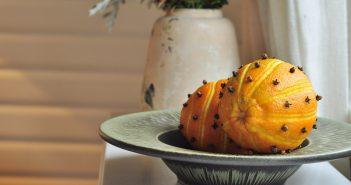 Appelsiner med udskæringer og nelliker