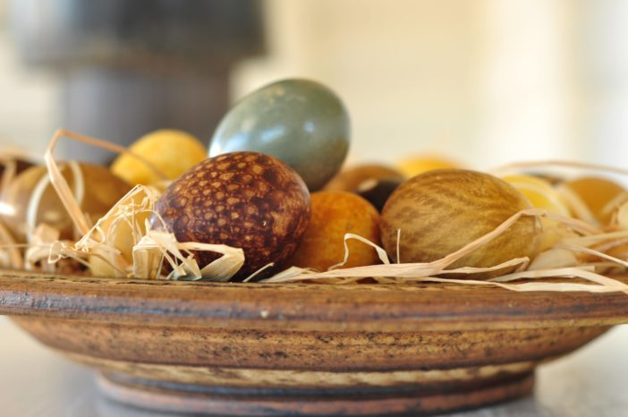 Plantefarvede æg dekoreret med blondemønster