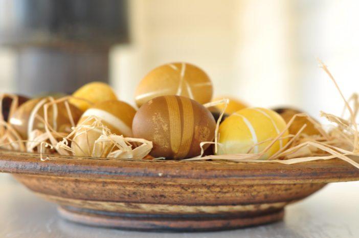 Plantefarvede æg med elastikker