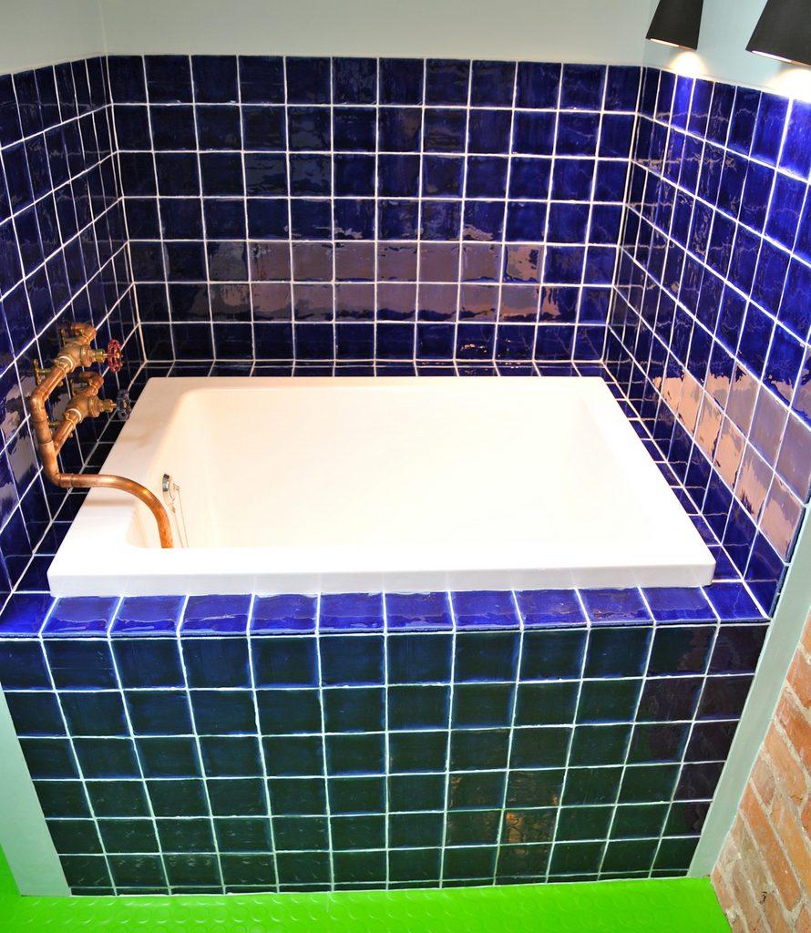 Attic dorm - en suite bathroom with Japanese bath