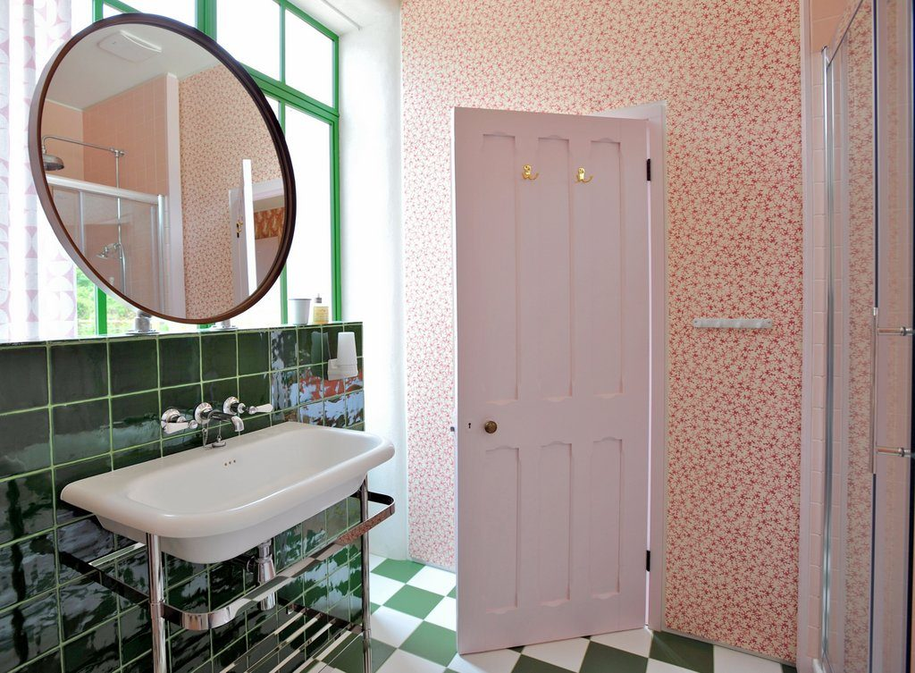 Orange room - en suite shower room