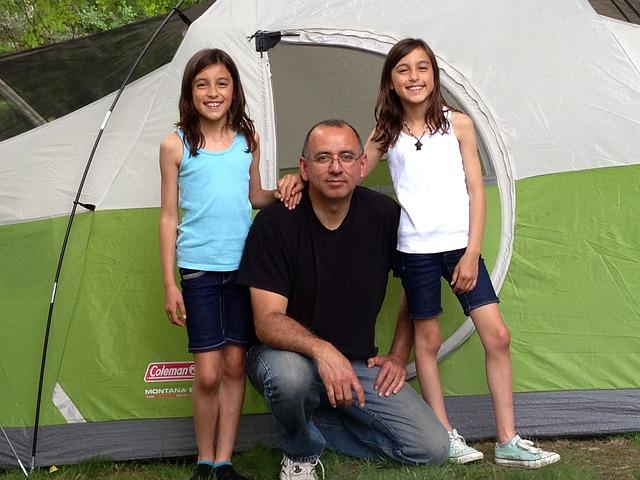 Zelten mit Zelt mit schwarzer Schlafkabine gegen Hitze