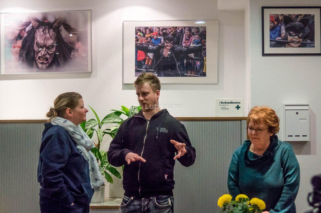 Meine erste eigenen Ausstellung Gäste im anregen Gespäch am Tag der Eröffnung der Ausstellung