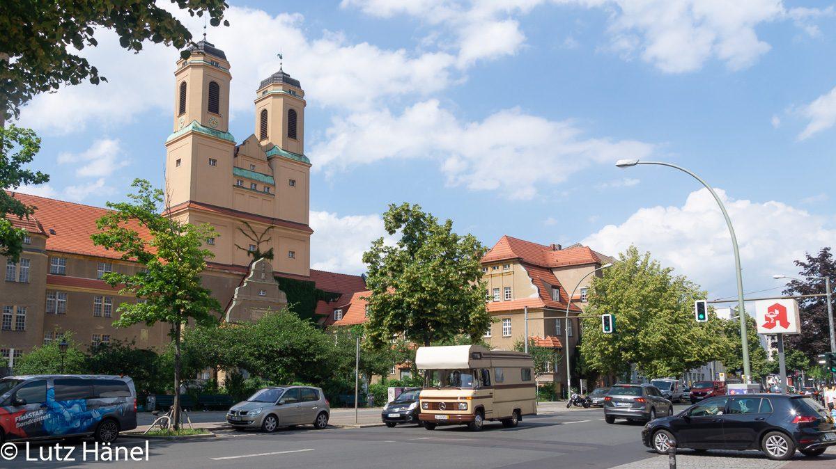 Kirche Vaterhaus mit historischen Camper