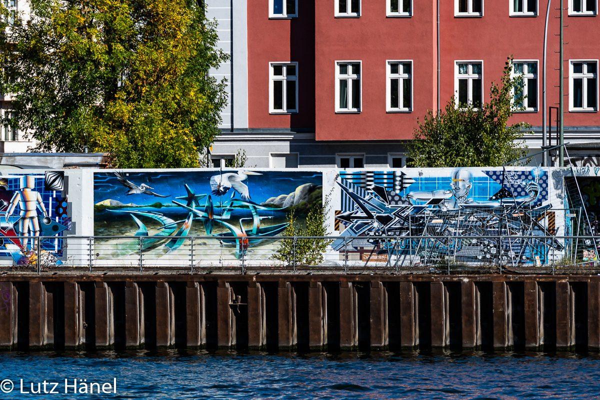 Detailfoto -Graffiti am Osthafen ehemaliger Industriehafen an der Spree in Berlin. An ihm entlang führt die Stralauer Allee..