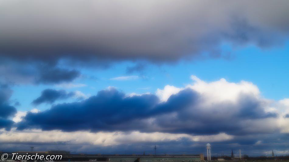 Dunkle Wolken zithrn über das Tempelhofer Feld auf!