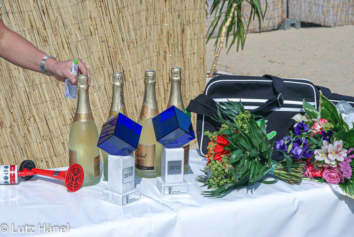 Siegestrophäen stehen bereit zur Preisverleihung der 8. Sandskulpturen Sandsensation 2010