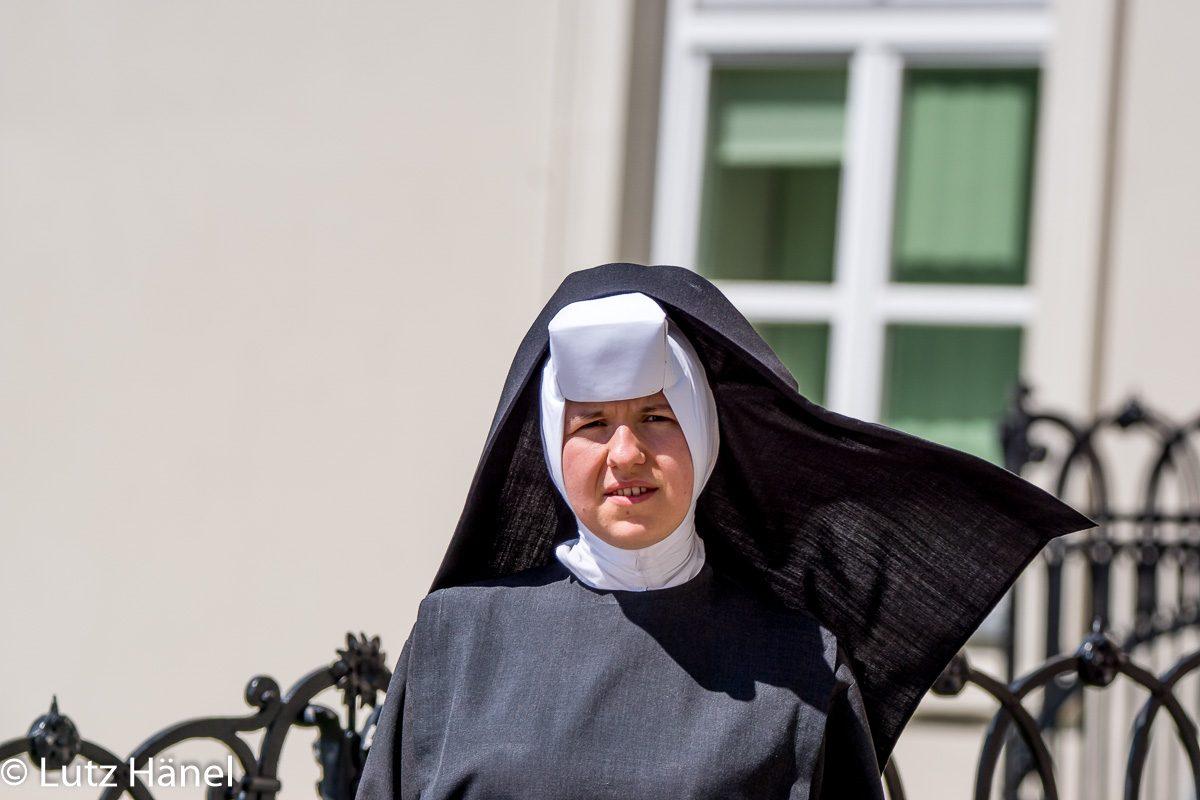Eine Echte nette Nonne auf dem Weg zur Kirche.