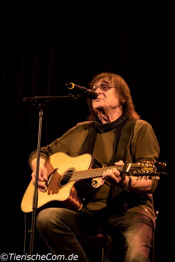 Foto Dieter Birr mit seiner Gitarre und singt seine Songs