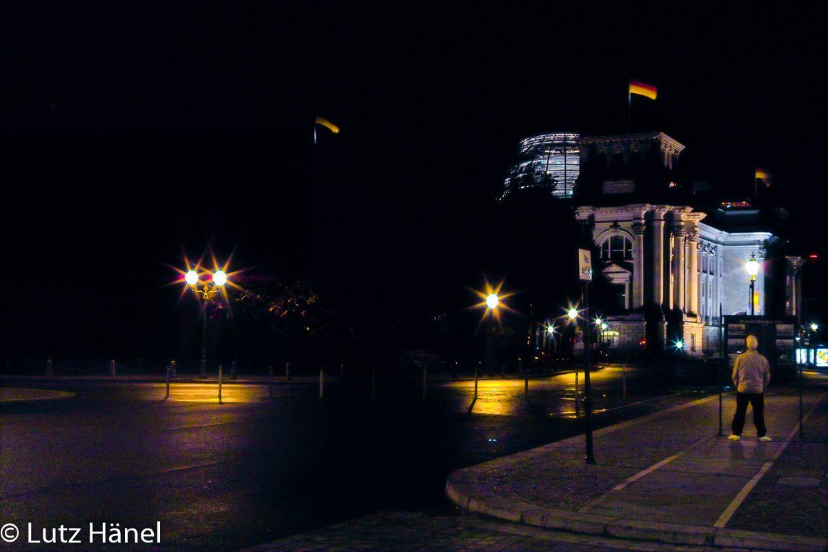 Bundestagsgebäude seitlich von Brandenburger Tor komment
