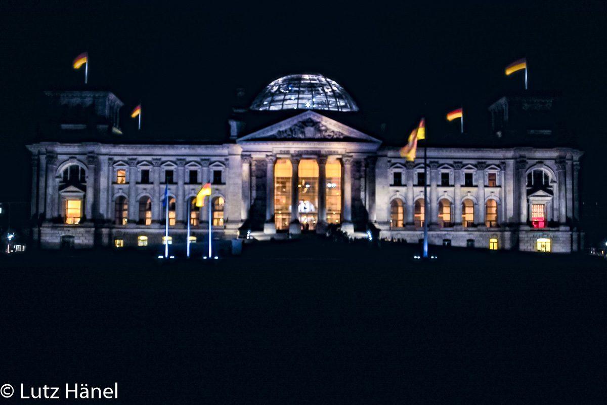 Bundestag bei Nacht am Platz der Republik in Berlin