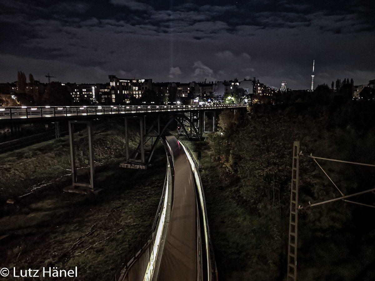 S-Bahn die unter den Schwedtersteg fährt