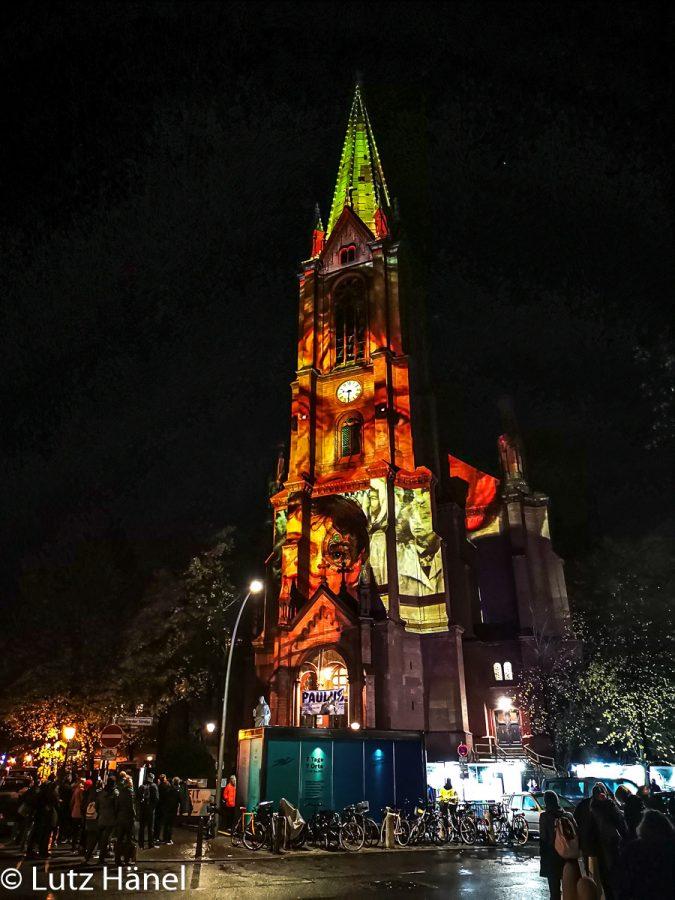 Gethsemanekirche in der Nacht des 9.11.2019 zum 30 Jahre Mauerfall lluminationen, mit Bildern Herbst 89