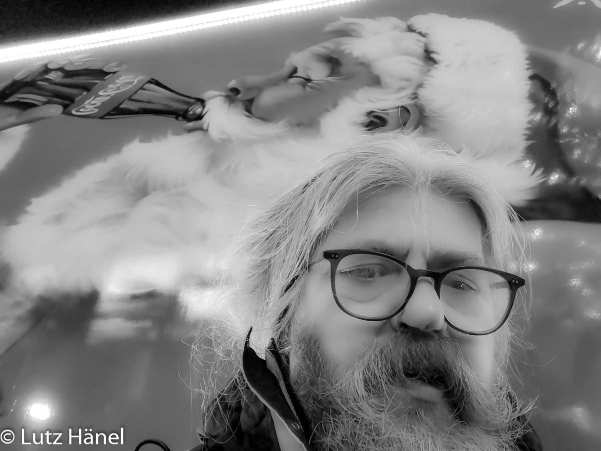 Schwarz Weiss Selfie von mir vorm Coca Cola Track Anhänger
