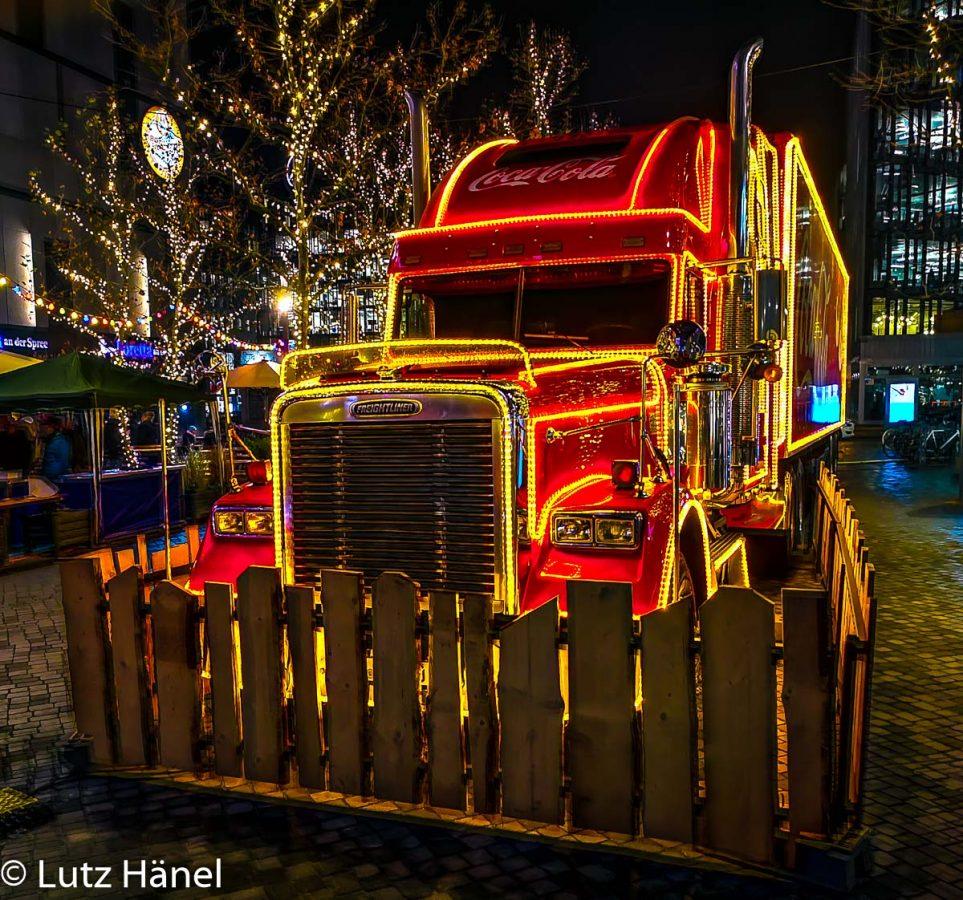 Zugmachiene des Coca Cola Track auf dem Mercedes-Platz Berlin.