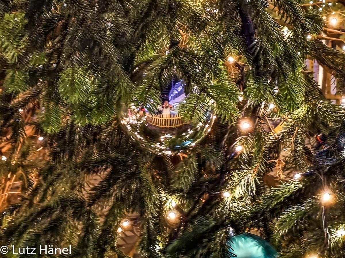 Detail Aufnahme Weihnachtsbaum vor der Mercdes-Benz Arena.