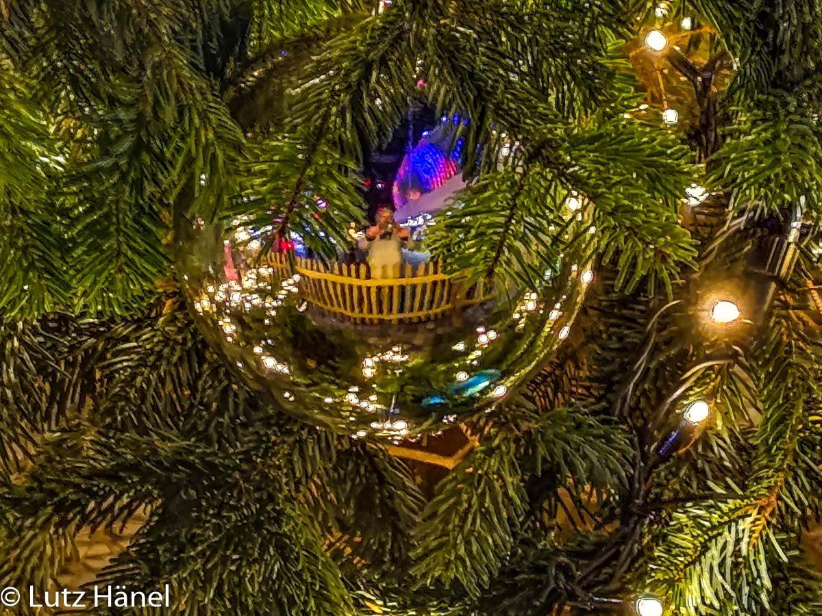 Spieglung in der Kugel am Weihnachtsbaum vor der Mercdes-Benz Arena.