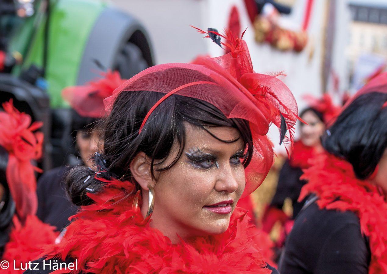 Karnevals Zug der Fröhlchen Leute woman in red