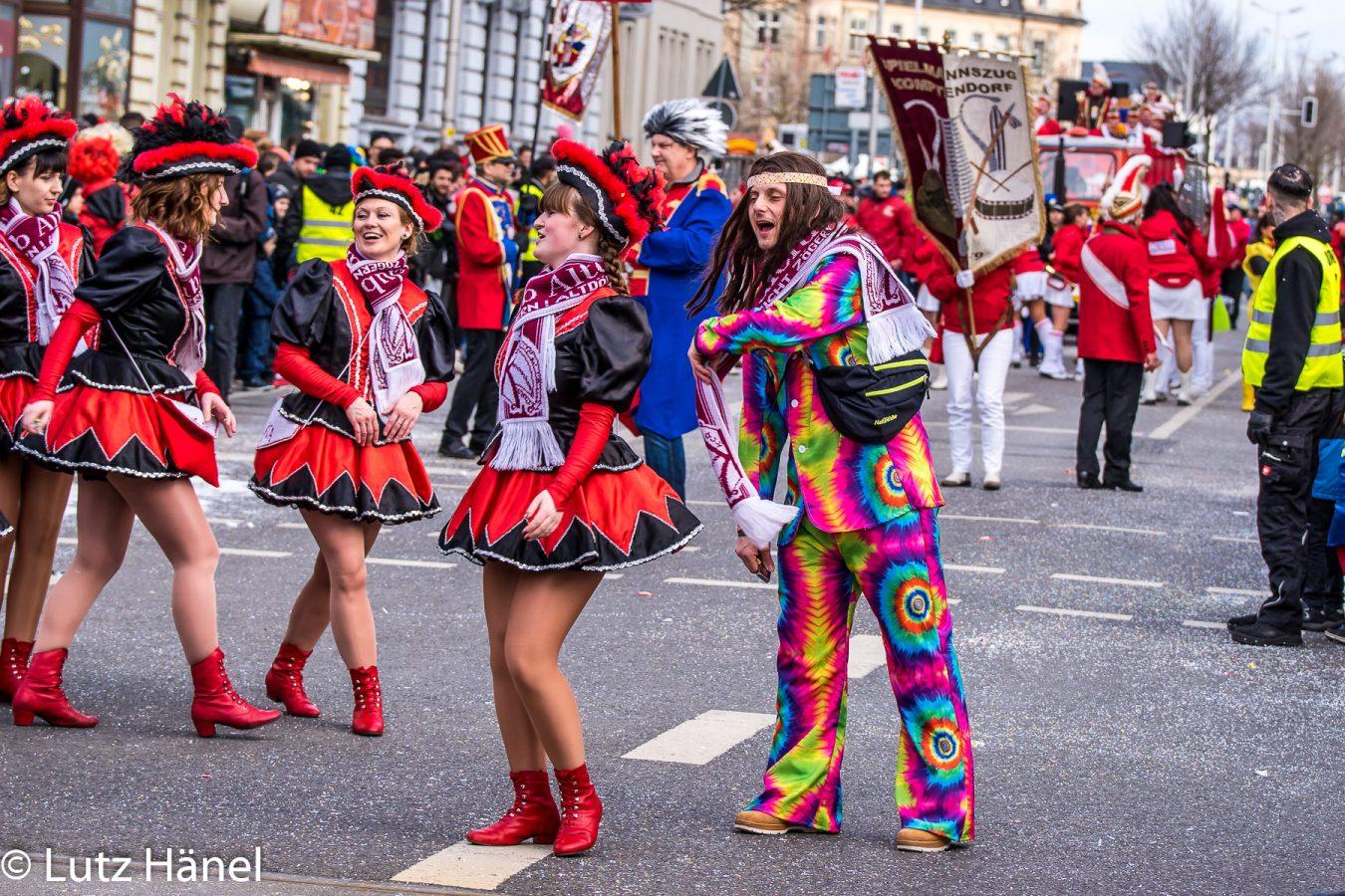 Augenblicke des Karnevals Zug der Fröhlchen Leute auch mal in 70er look