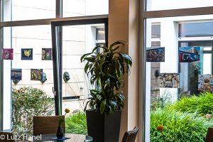 Foto von der Ausstellung im domino-world Club Treptow im Cafébereich an der Fensterfront der hintere Bereich der Ausstellung
